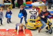 enfants qui jouent dans une salle